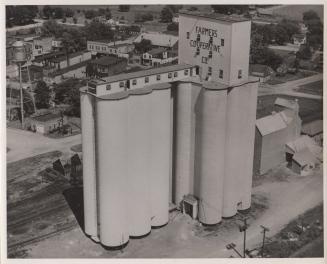 The main house of Tillotson Construction's elevator at Dike, Iowa, built in 1946 (annex, left, 1949), is crowned by a rectilinear headhouse.